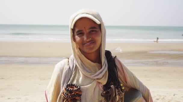 Arambol, Indien - Januar 2020. Porträt einer jungen Inderin im traditionellen Sari.