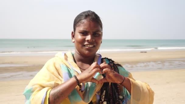 Arambol, Indien - Januar 2020. Inderin macht mit ihren Händen ein herzförmiges Zeichen.