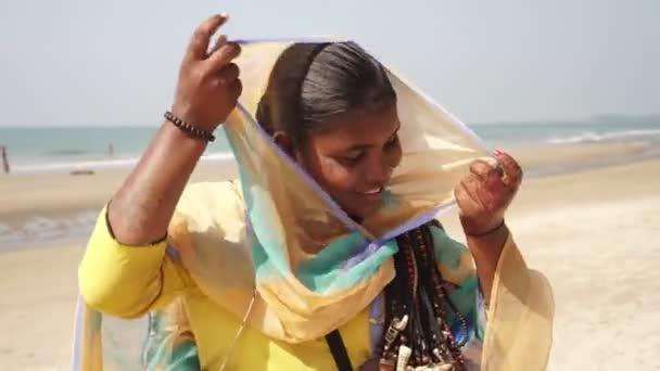 Arambol, Indien - Januar 2020. Indische Verkäuferin am Strand von Goa.
