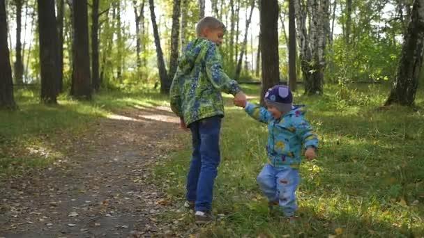 děti bavit, hrát na podzim Park