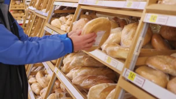 srác válasszon a frissen sült áru a szupermarketben