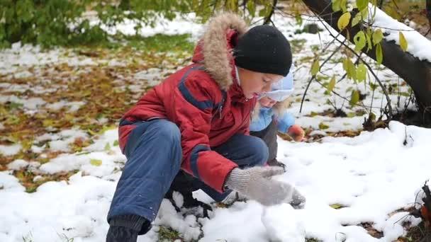 šťastné děti hrají se sněhem v parku