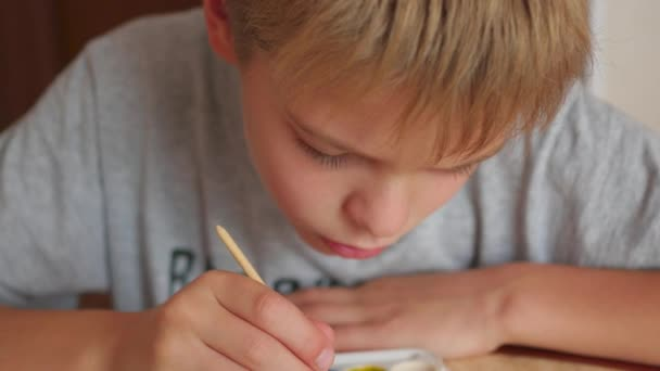 gyermek egy darab papír Vértes felhívja a festékek