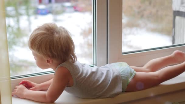 dítě kouká z okna