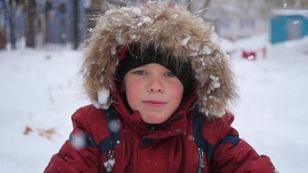 Fiú fogások hópelyhek száj