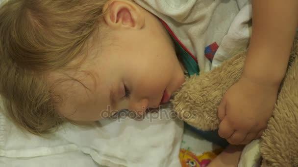édes baba alszik egy macit a kiságy