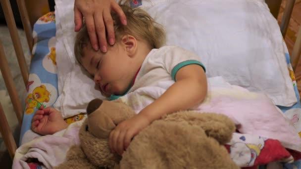 Sladké dítě spí na lůžku s Medvídek