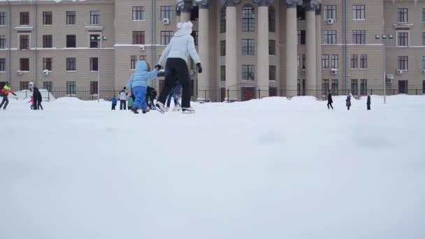 Nowosibirsk, Russland - 27. November: An einem bewölkten Wintertag wird auf dem offenen Eislaufring Schlittschuh gelaufen