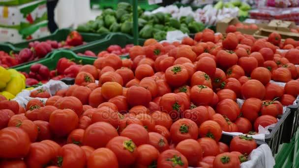 žena si vybírá zeleniny rajčata v supermarketu