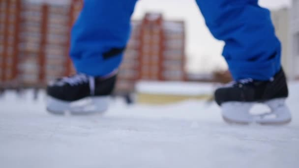 Menschen laufen an einem bewölkten Tag im Winter in Unschärfe auf dem offenen Eislaufring