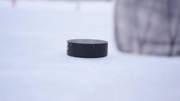 Zpomalený pohyb hokej - hráč zastřelil klacek na detailním PUK