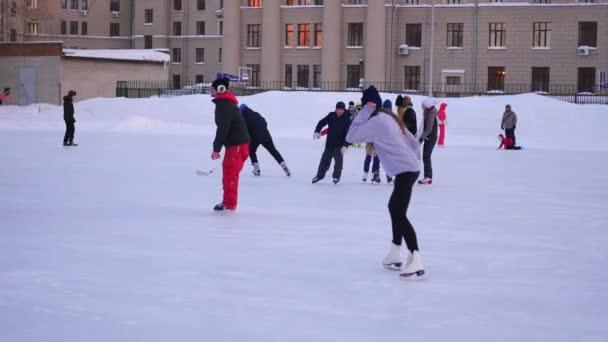 Nowosibirsk, Russland - 27. November: Schlittschuhlaufen und Spaß haben auf dem offenen Eislaufring im Winter