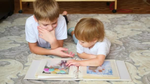 děti vypadají fotografie z rodinného fotoalba
