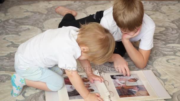 gyermekek Nézd meg a kép a családi fotóalbumból