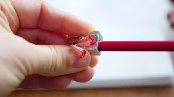 a gyerek ilyenkor lerajzol, színes ceruza. 4 videó 1
