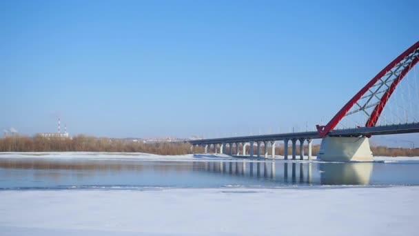 Přehled moderní Zavěšený most přes řeku