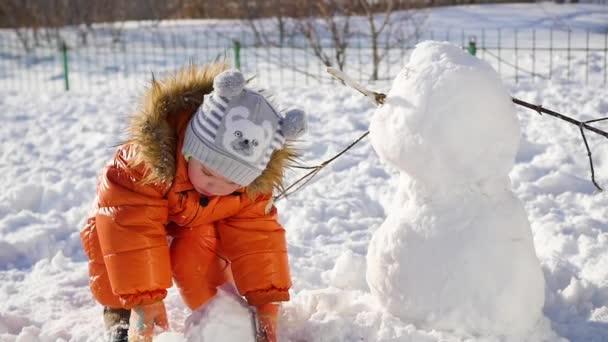 gyerek, hogy egy hóember a játszótéren