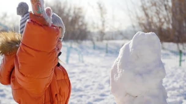 dítě hraje na hřišti v zimě
