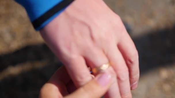 Közelkép a két szerelmesek csatlakozott kezét. Sziluettjét a férfi és a nő kézen részletesen. Szeretet és boldogság koncepciója.