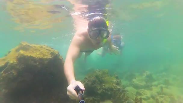 Il ragazzo con le maschere di snorkeling di bambino. Phangan, Thailandia