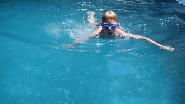 Šťastné dítě plave s radostí ve fondu