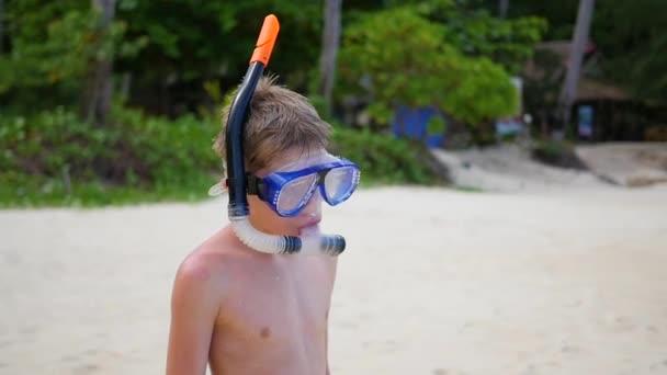 Il bambino entra in mare per lo snorkeling. Sport allaria aperta. Immersioni subacquee