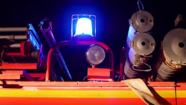 Červená nouzová, blikající světla hasičský vůz. v noční době