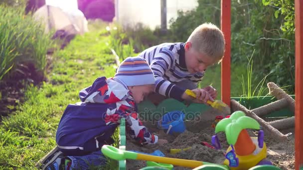 Děti si hrát s hračkami v karanténě. Zábava a hry pod širým nebem. Letní slunečný den