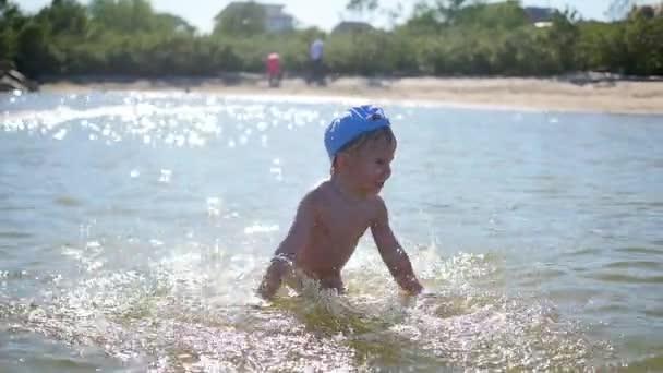 El Nino Esta Jugando En El Mar Creando Un Chorro De Agua