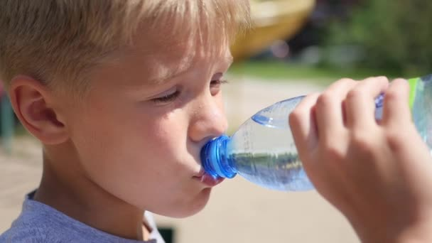 Mann trinkt Wasser aus Flasche im Freien