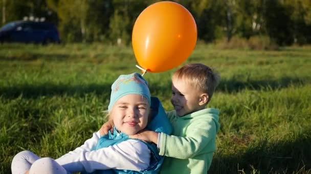 Šťastné děti hrají v parku. Bublina. Smích a úsměv dětí
