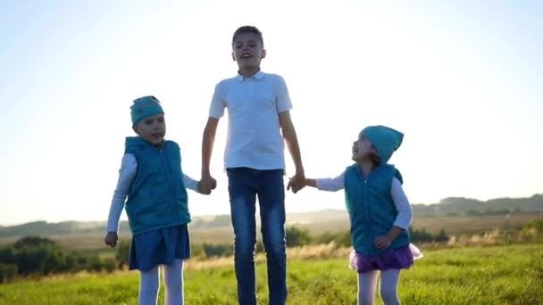 Šťastné děti, skákání a smíchu v parku. Zábava venku