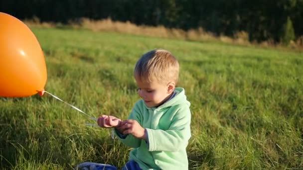 Roztomilý chlapec stojící s bublinami v poli