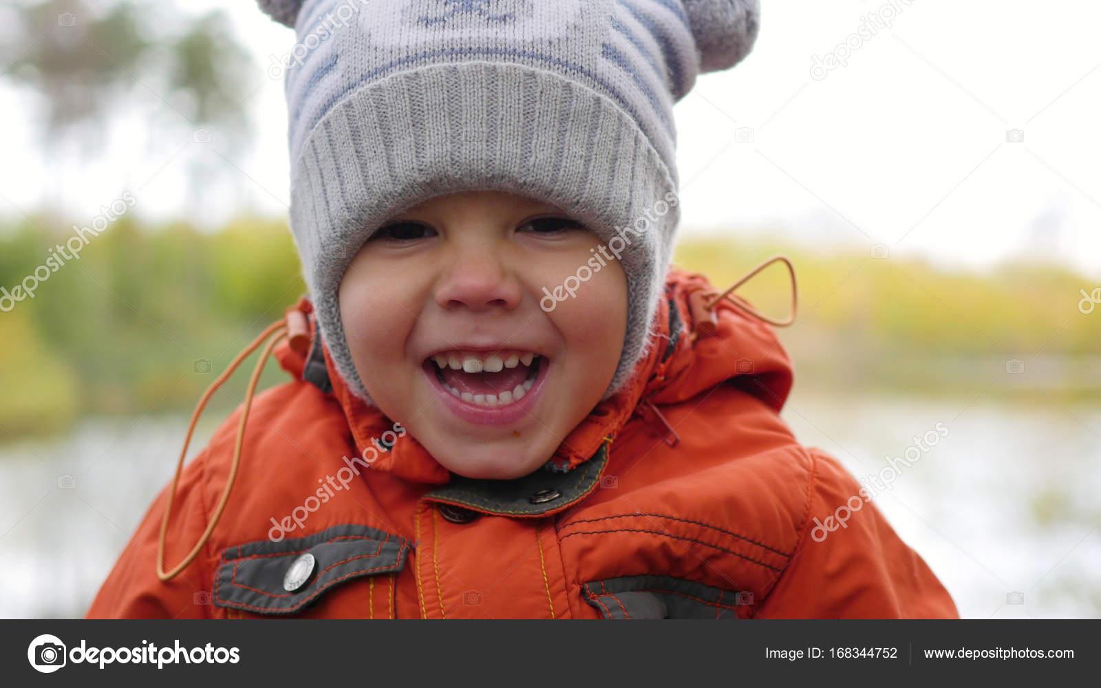 Crianças Se Divertindo No Parque: Criança No Outono Parque Se Divertindo, Brincando E Rindo