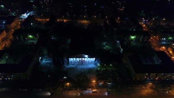 die Lichter der Stadt in der Nacht. Nachtstadtstraße. Schießen aus der Höhe mit Drohne