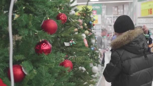 Regali Di Natale Per Un Papa.Novosibirsk Russia Novembre 25 2017 Padre E Figlio E Possibile Scegliere Un Albero Di Natale In Store Vendita Di Giocattoli E Alberi Di Natale Fino A Natale Regali Di Natale Per I Cari