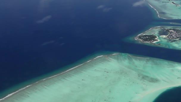 Legközelebb repül trópusi homokos strand és a hullámok, légi lövés sziget atoll, Maldív-szigetek, légi felvétel egy kis trópusi sziget Maldív-szigetek