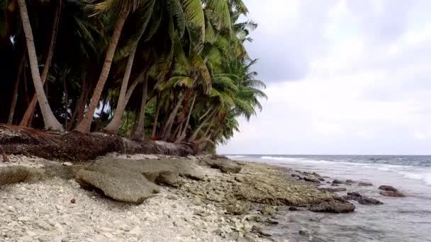 Opuštěné tropická pláž s palmami a malé skály v ostrově Fuvahmulah, Indický oceán, Maledivy