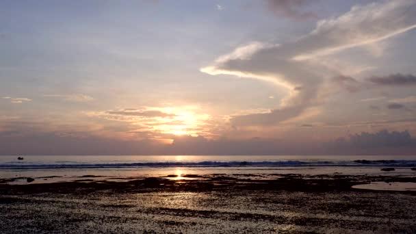 Litorální pásmo při odlivu při západu slunce