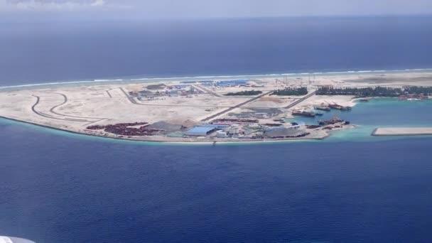 Letící těsně nad tropické písčité ostrovy, Indický oceán, Maledivy