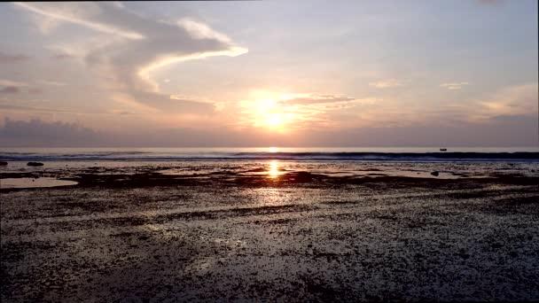 Litorální pásmo při odlivu při západu slunce v ostrově Fuvahmulah, Indický oceán, Maledivy