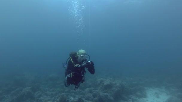 Indischer Ozean, Malediven, Asien - März 2018: Taucherin löste Rettungsboje aus - Indischer Ozean, Malediven