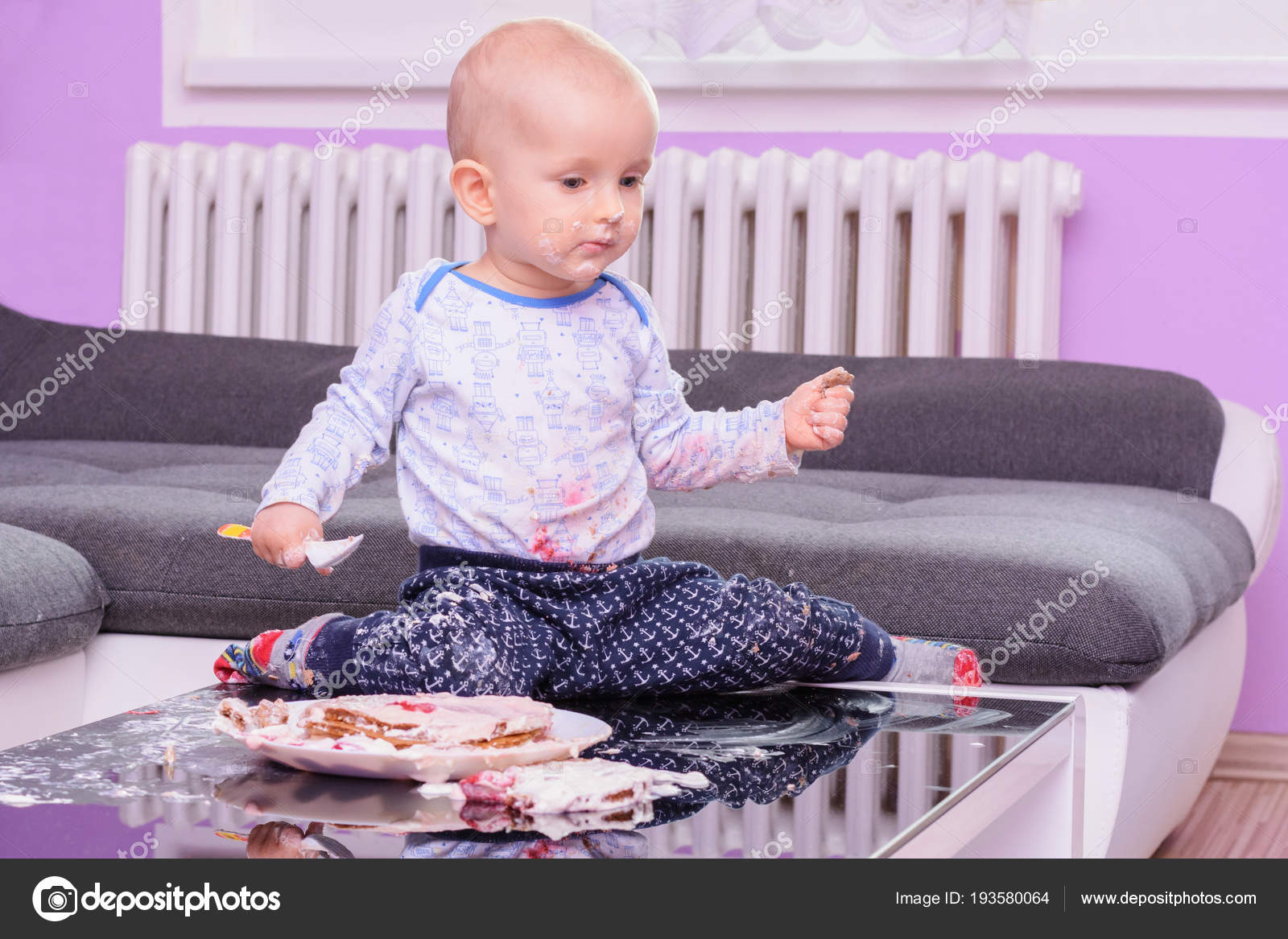 Smash Anniversaire De Petit Bébé Gâteau Avec Une Cuillère Joyeux
