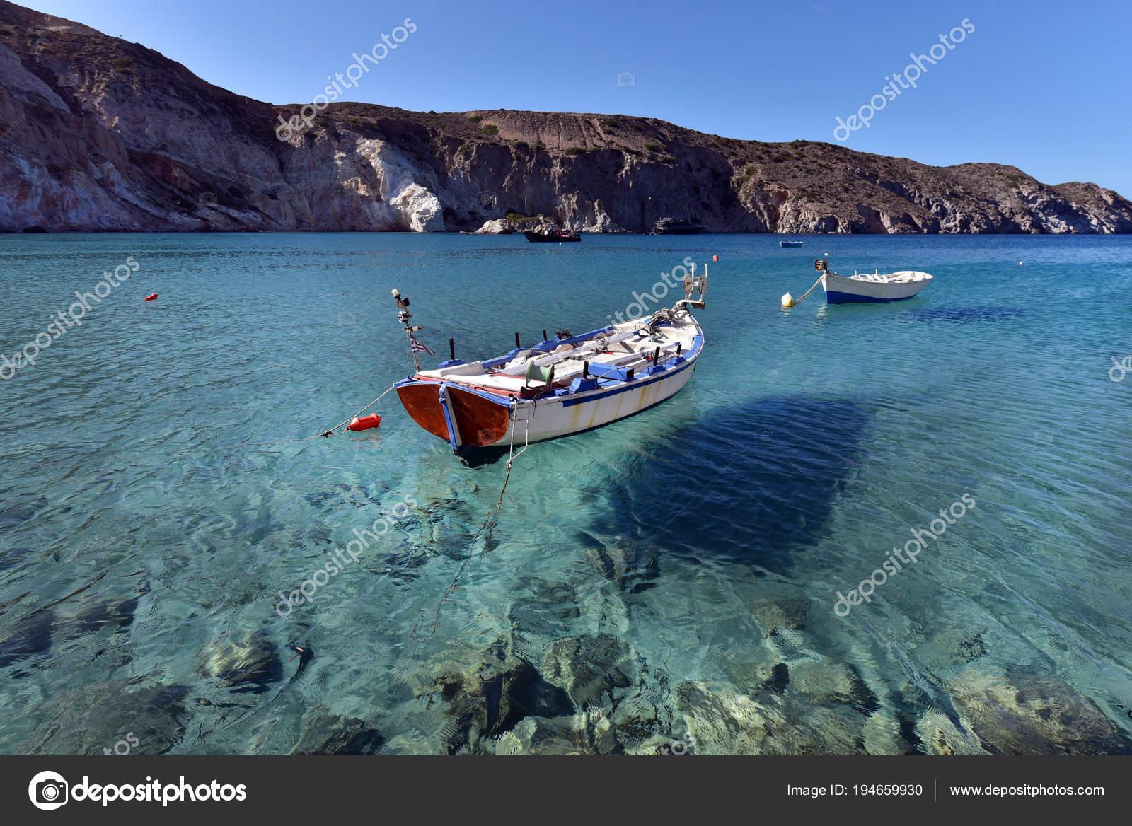 6b7c5c89b34f6a Weißes Boot Ankern Der Bucht Firopotamos Mit Smaragdgrünes Meerwasser Insel  — Stockfoto