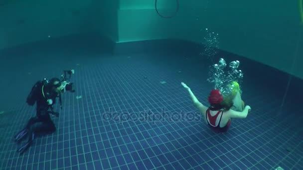 Unterwasser-Fotograf schießt Unterwasser Ringen.