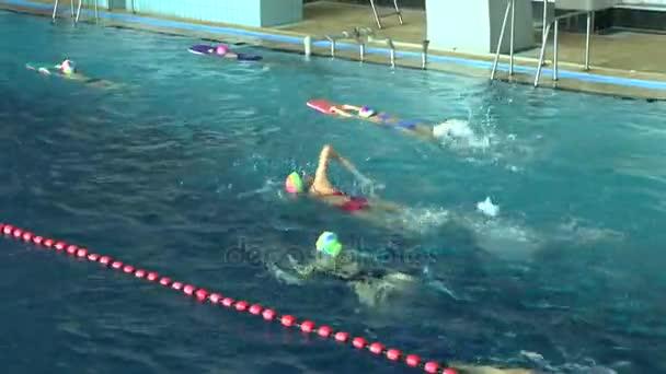 Trénink dětí v bazénu