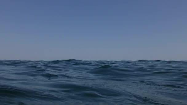 Za stálého míchání na mořské hladině, zachycená na hladinu vody