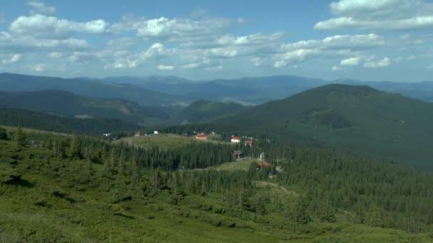 Hory, pokryté lesy s domy z turistických center