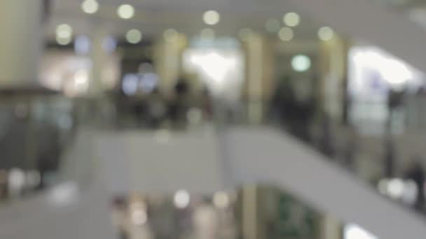 Zsúfolt emberek a mozgólépcsőn, egy bevásárlóközpont Hyperlapse homályos videó