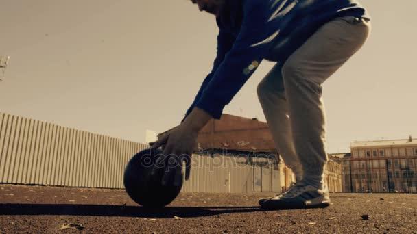 junger Fußballer dribbelt Ball. sonniger Tag. Fußballtraining im Stadtpark